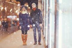 Ζεύγος που περπατά στην πόλη νύχτας Στοκ Φωτογραφία