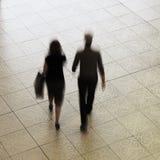 Ζεύγος που περπατά στη λεωφόρο αγορών Στοκ εικόνα με δικαίωμα ελεύθερης χρήσης