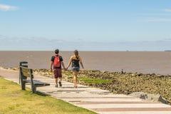 Ζεύγος που περπατά στο θαλάσσιο περίπατο Μοντεβίδεο Ουρουγουάη Στοκ φωτογραφίες με δικαίωμα ελεύθερης χρήσης