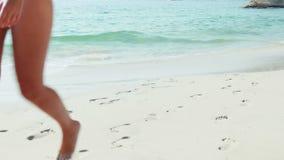 Ζεύγος που περπατά χέρι-χέρι στην παραλία απόθεμα βίντεο