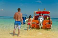 Ζεύγος που πηγαίνει στο ταξίδι ελπίδας νησιών με τη λέμβο ταχύτητας στοκ φωτογραφία με δικαίωμα ελεύθερης χρήσης