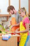 Ζεύγος που προετοιμάζει τη σαλάτα φρέσκων λαχανικών σιτηρέσιο Στοκ Εικόνες
