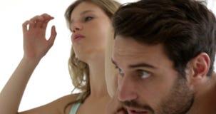 Ζεύγος που προετοιμάζεται μαζί σε ένα λουτρό απόθεμα βίντεο