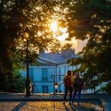 Ζεύγος που προσέχει μια ανατολή στο Παρίσι Στοκ Φωτογραφία