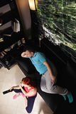 Ζεύγος που προσέχει τη TV επάνω από την άποψη στοκ φωτογραφία