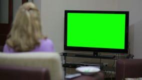 Ζεύγος που προσέχει τη TV απόθεμα βίντεο