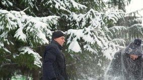 Ζεύγος που ρίχνει το χιόνι σε μεταξύ τους απόθεμα βίντεο