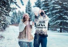 Ζεύγος που ρίχνει το χιόνι στο χειμερινό δάσος Στοκ φωτογραφία με δικαίωμα ελεύθερης χρήσης