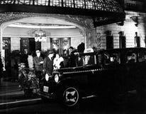 Ζεύγος που στέκεται κάτω από awning που περιμένει ένα ταξί (όλα τα πρόσωπα που απεικονίζονται δεν ζουν περισσότερο και κανένα κτή Στοκ Εικόνες