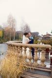 Ζεύγος που στέκεται στη βροχή στη ημέρα γάμου Στοκ φωτογραφίες με δικαίωμα ελεύθερης χρήσης