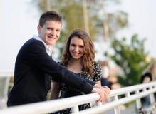 Ζεύγος που στέκεται στη γέφυρα και το χαμόγελο Στοκ φωτογραφίες με δικαίωμα ελεύθερης χρήσης