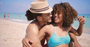 Ζεύγος που στηρίζεται στην παραλία απόθεμα βίντεο