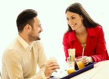 Ζεύγος που στο εστιατόριο γρήγορου φαγητού Στοκ εικόνες με δικαίωμα ελεύθερης χρήσης