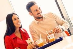 Ζεύγος που στο εστιατόριο γρήγορου φαγητού Στοκ εικόνα με δικαίωμα ελεύθερης χρήσης