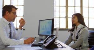 Ζεύγος που συζητά με το σύμβουλο στο γραφείο του 4k απόθεμα βίντεο