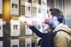 Ζεύγος που συζητά πέρα από τις εικόνες ταξιδιού Στοκ εικόνες με δικαίωμα ελεύθερης χρήσης