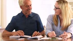 Ζεύγος που συζητά τα εγχώρια οικονομικά απόθεμα βίντεο