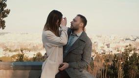 Ζεύγος που συναντιέται νέο στη θέση με την άποψη πανοράματος Άνδρας και αγκάλιασμα και συζήτηση γυναικών Ρομαντική ημερομηνία του απόθεμα βίντεο