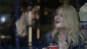 Ζεύγος που ταΐζει σε μεταξύ τους το εύγευστο παγωτό σε έναν καφέ εστιατορίων απόθεμα βίντεο