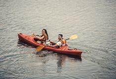 Ζεύγος που ταξιδεύει με το καγιάκ Στοκ εικόνες με δικαίωμα ελεύθερης χρήσης