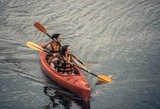 Ζεύγος που ταξιδεύει με το καγιάκ Στοκ Εικόνες
