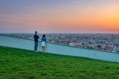 Ζεύγος που το ηλιοβασίλεμα σε Oradea από το Hill μανιταριών στη Ρουμανία στοκ φωτογραφία με δικαίωμα ελεύθερης χρήσης