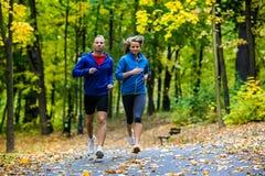 Ζεύγος που τρέχει, άλμα υπαίθριο Στοκ φωτογραφίες με δικαίωμα ελεύθερης χρήσης