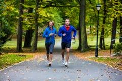 Ζεύγος που τρέχει, άλμα υπαίθριο Στοκ Εικόνες
