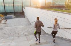 Ζεύγος που τρέχει κάτω στα σκαλοπάτια πόλεων Στοκ εικόνες με δικαίωμα ελεύθερης χρήσης