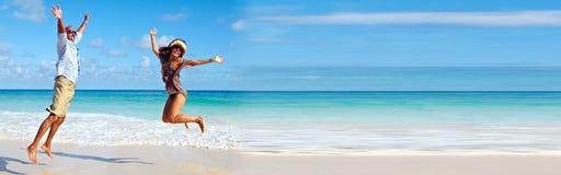 Ζεύγος που τρέχει στην παραλία Στοκ φωτογραφίες με δικαίωμα ελεύθερης χρήσης