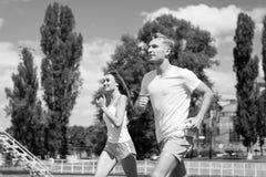 Ζεύγος που τρέχει στη διαδρομή χώρων Στοκ φωτογραφίες με δικαίωμα ελεύθερης χρήσης
