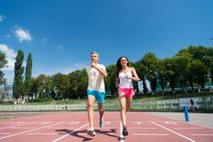 Ζεύγος που τρέχει στη διαδρομή χώρων Στοκ φωτογραφία με δικαίωμα ελεύθερης χρήσης