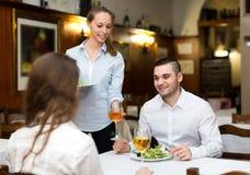 Ζεύγος που τρώει τα υγιή τρόφιμα στο εστιατόριο Στοκ φωτογραφία με δικαίωμα ελεύθερης χρήσης