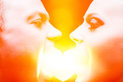 Ζεύγος που τρώει την καρδιά Στοκ φωτογραφία με δικαίωμα ελεύθερης χρήσης
