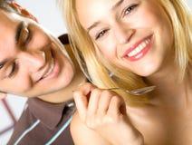 ζεύγος που τρώει τις χαμογελώντας νεολαίες στοκ φωτογραφία με δικαίωμα ελεύθερης χρήσης
