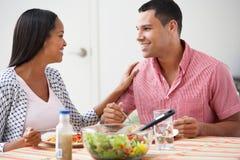 Ζεύγος που τρώει το γεύμα μαζί στο σπίτι στοκ εικόνα με δικαίωμα ελεύθερης χρήσης
