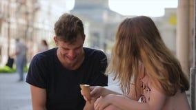 Ζεύγος που τρώει το παγωτό από κοινού Ημερομηνία στην πόλη απόθεμα βίντεο