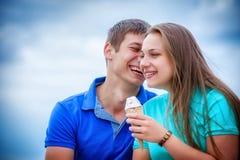 Ζεύγος που τρώει το παγωτό στο πάρκο Στοκ φωτογραφία με δικαίωμα ελεύθερης χρήσης
