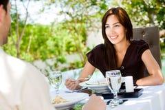 Ζεύγος που τρώει υπαίθρια Στοκ εικόνες με δικαίωμα ελεύθερης χρήσης