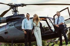 Ζεύγος που υπερασπίζεται ένα ελικόπτερο με πειραματικό Στοκ Εικόνα