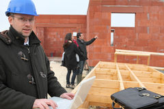 Ζεύγος που υπερασπίζεται το μελλοντικό σπίτι Στοκ φωτογραφία με δικαίωμα ελεύθερης χρήσης