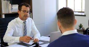 Ζεύγος που υπογράφει τη συμφωνία στο γραφείο 4k φιλμ μικρού μήκους