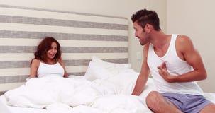 Ζεύγος που υποστηρίζει στο κρεβάτι φιλμ μικρού μήκους