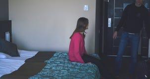 Ζεύγος που φθάνει στο δωμάτιο ξενοδοχείου στις διακοπές απόθεμα βίντεο