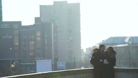 Ζεύγος που φιλά και που χαμογελά σε μια χειμερινή πόλη φιλμ μικρού μήκους