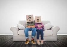 Ζεύγος που φορά τα αστεία κιβώτια στο κεφάλι τους Στοκ Φωτογραφίες