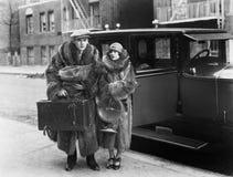 Ζεύγος που φορά τα παλτά γουνών (όλα τα πρόσωπα που απεικονίζονται δεν ζουν περισσότερο και κανένα κτήμα δεν υπάρχει Εξουσιοδοτήσ Στοκ φωτογραφία με δικαίωμα ελεύθερης χρήσης