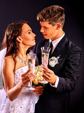 Ζεύγος που φορά το γαμήλια φόρεμα και το κοστούμι Στοκ Φωτογραφίες