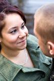 ζεύγος που χαμογελά υπ&a Στοκ Εικόνες