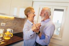 Ζεύγος που χορεύει μαζί στην κουζίνα στοκ φωτογραφία με δικαίωμα ελεύθερης χρήσης